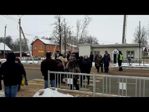Отчаяние вывело жителей поселка Шимск перекрыть федеральную трассу