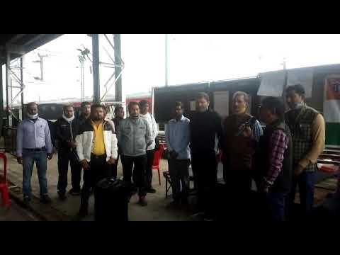 जिले के चंदिया में ट्रेनों के स्टॉपेज की मांग को लेकर कांग्रेस ने कराया बाजार बंद, दिया धरना