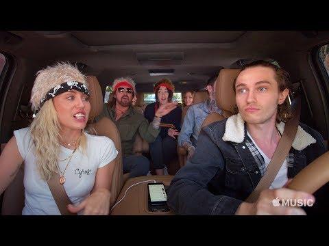 مايلي سايرس وأسرتها يجتمعون في سيارة Carpool Karaoke