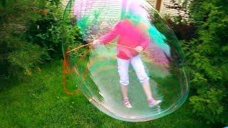 Огромные мыльные пузыри пускаем дома во дворе