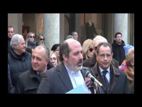 Don Silvio Barbaglia in piazza Duomo introduce la lettura del XXXIII canto del Paradiso di Dante