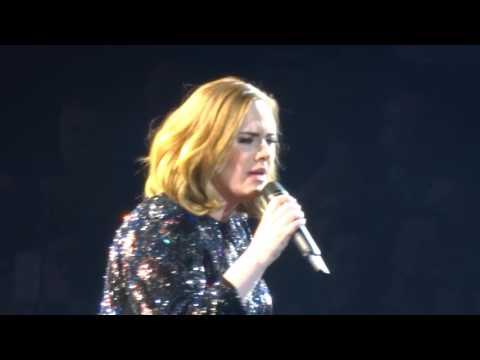 Mikrofoni temppuilee Adelen laulun aikana
