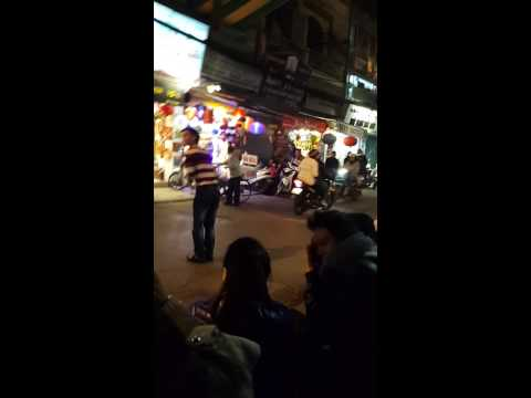thánh quẩy cực vui trên đường phố
