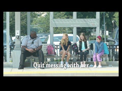 右手邊的大叔目擊紫色衣服的小女孩被2名女生霸凌時,他當場默默地從包包裡拿出了一樣東西…