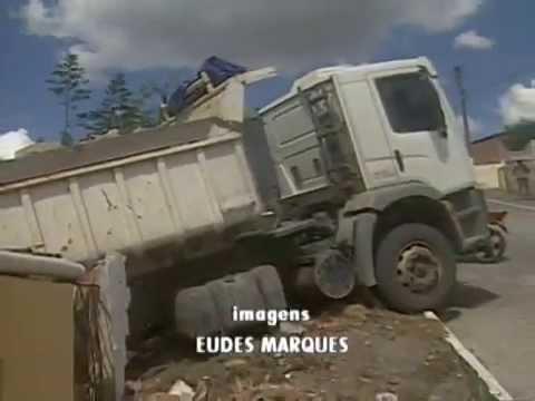 Caminhão carregado de pedras invade casa em Massaranduba - PB