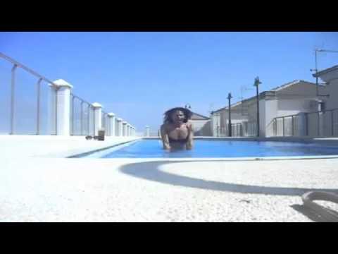 Luisa Marilac mostrando sua piscina , e tomando uns drink.flv