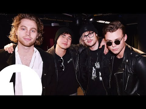 """If you were a chair, who would you let sit on you?"": 5SOS answer 5 second fan questions"