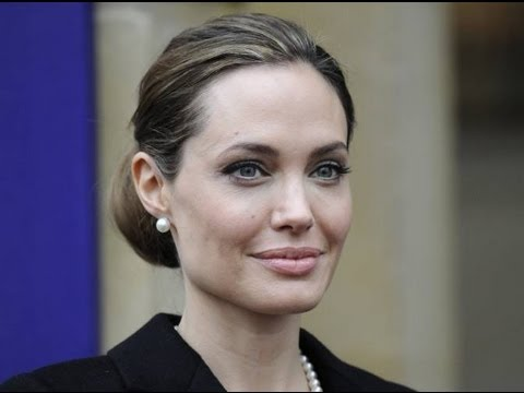 Angelina - Angelina Jolie se quitó ambos senos por temor al cáncer. Angelina Jolie both breasts removed fear of cancer. El alto riesgo de padecer cáncer llevó a la actr...