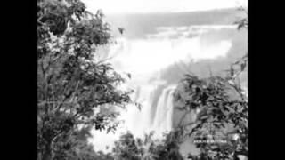 Os presidentes do Brasil e Paraguai inauguram o Hotel das Cataratas. Os mesmos presidentes Juscelino e Alfredo Stroessner visitam as cataratas do Iguaçú e as obras de construção da Ponte da Amizade ligando o Brasil e o Paraguai.