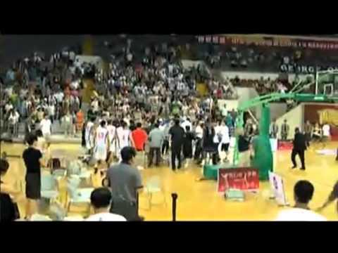 「[中国]まさに土人。米中のバスケ親善試合で、中国人がマウントパンチの大乱闘。」のイメージ