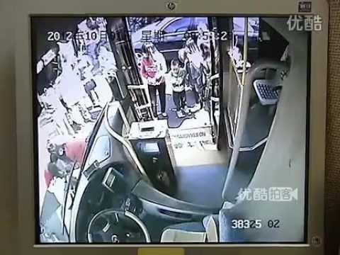Cina, anziano ciclista centra un bus