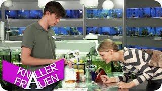 Im Fischgeschäft - Knallerfrauen Mit Martina Hill | Die 3. Staffel In SAT.1