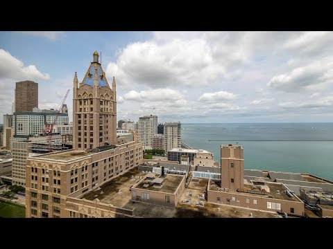 Tour an 05-tier Axis 1-bedroom steps from Ohio Street Beach in Streeterville