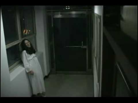 假扮白衣女鬼站在門口嚇人,最後還被人打….