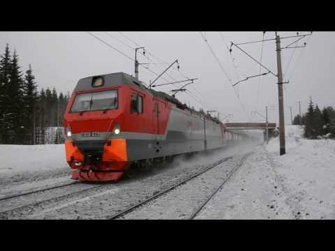 Электровоз 2ЭС10-029 с грузовым поездом