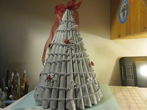 splendido albero di natale fatto con riviste di carta