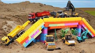 Video รถของเล่นก่อสร้างทำสะพาน รถแม็คโคร รถบรรทุกดิน รถแทรกเตอร์ รถบดถนน รถเกรด download in MP3, 3GP, MP4, WEBM, AVI, FLV January 2017