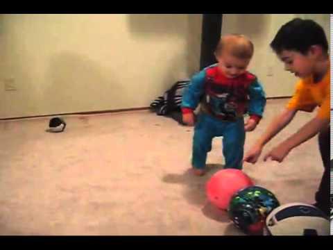 طفل يبلغ عامين يجيد كرة السله كالمحترفين