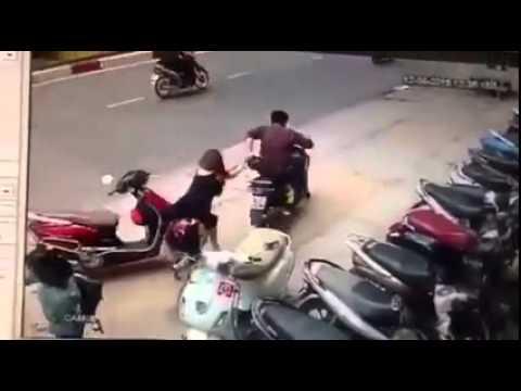 Cô gái mặc váy bị cướp giật túi, kéo lê trên đường Sài Gòn