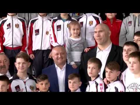 Igor Dodon împreună cu Nikolai Valuev, Valeri Gazaev și Alexandr Burcov au inaugurat un ring de box la Chișinău