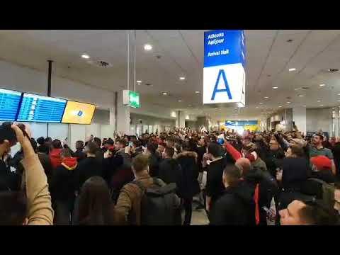 "Video - Αποθεώθηκε ο Ολυμπιακός στο ""Ελ. Βενιζέλος"" στην επιστροφή του από το Λονδίνο"