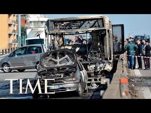 Video - Συγκλονιστικές μαρτυρίες από την ώρα πανικού μέσα σε σχολικό λεωφορείο στο Μιλάνο - ΒΙΝΤΕΟ