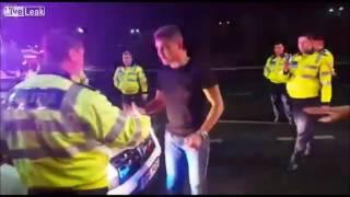 Policjant nokautuje pijanego kierowcę podczas kontroli trzeźwości!  Nie potrzebnie cwaniakował!
