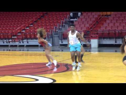 這名男子來到幾乎是女生的NBA啦啦隊選拔賽,但超惹火舞技簡直殘忍殺光所有對手!