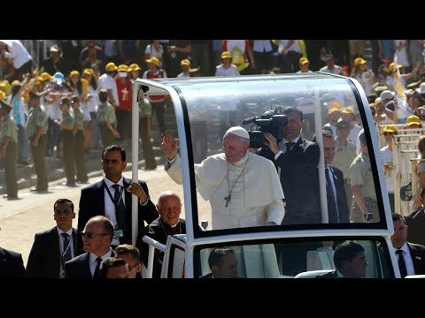 El papa Francisco auxilió a una carabinera (VIDEO)