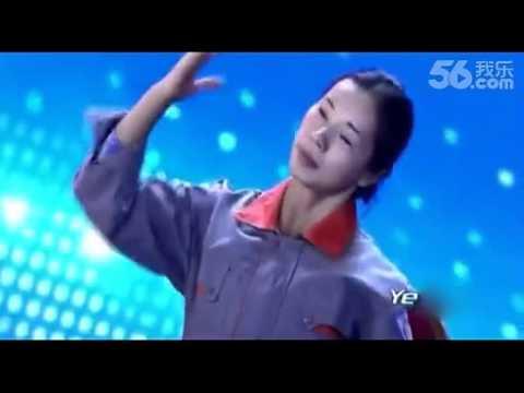 其中一名評審看她穿著工作服一開始表演覺得很無聊就按X拒絕她了,但一到2:25她脫掉衣服時的動作讓所有人驚呆了!