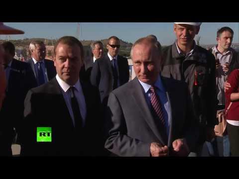 Путин и Медведев пообщались со строителями Керченского моста (видео)