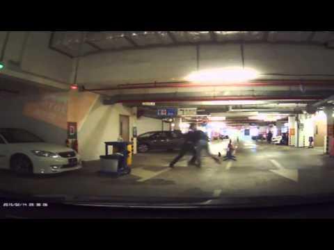 停車場內打架!司機太傻了,金庸小說中,掃地的永遠是武林高手…