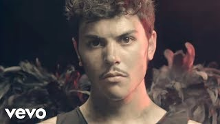 """Esce """"Scusa"""", il nuovo video di Izi diretto da Cosimo Alemà."""