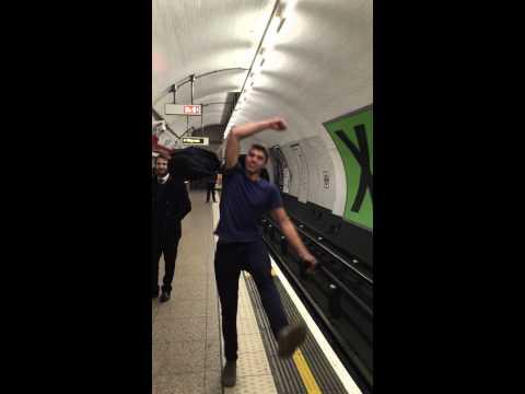 Witziges Ping Pong Spiel in der Londoner Underground