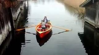 Zwei Kinder sind mit dem Ruderboot auf dem Staffelsee unterwegs.