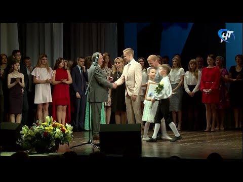 В Великом Новгороде вручили золотые медали и подвели итоги ЕГЭ