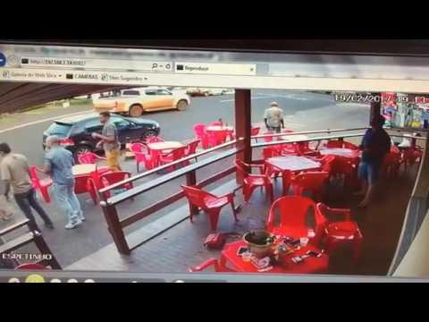 Treta feia mulher pega a outra com Marido no Bar