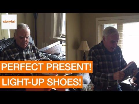 La genial reacción de este hombre al recibir estas zapatillas con sorpresa para su cumpleaños