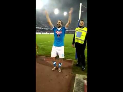 Higuain canta con i tifosi