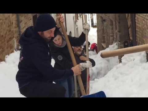Atri, volontari di Roseto al lavoro per spalare la neve VIDEO/FOTO