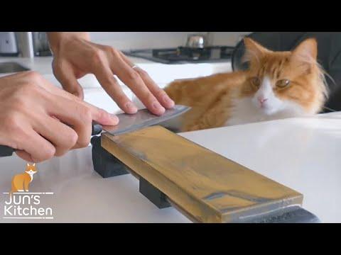 這男子買了一把「30元的菜刀」想看可以磨到多鋒利,當他拿菜刀去割寶特瓶時…這過程我重複看了5遍啊!