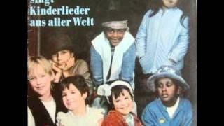 Gerhard Schöne - Kinderlieder Aus Aller Welt - 07 - Omas Nähkünste