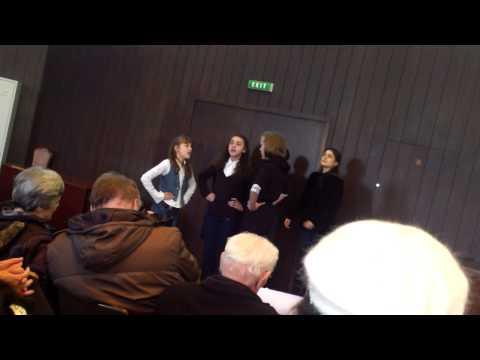 Peva mlađa ženska pevačka grupa UNA iz Barajeva