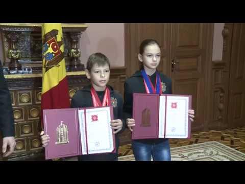 Șeful statului a înmînat Diploma de Onoare a Președintelui Republicii Moldova fraților Calugher