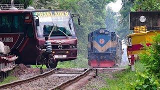 Video Train passing through a busy Rail Crossing/ Gate- Benapole Commuter of Bangladesh Railway MP3, 3GP, MP4, WEBM, AVI, FLV Agustus 2018