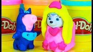 Vamos fazer fantasias de massinha Playdoh pro George Pig (Pig Jorge da Familia Peppa Pig) de Menino Gato dos Heróis de Pijama e Bob Esponja, e pra Everest da Patrulha Canina (das Princesas Disney)! Tambem tem muitos brinquedos surpresas!Inscreve-se em ►http://www.happytoystv.net  e não perca os próximos vídeos. Massinhas PlayDoh Patrulha Canina aprendendo as cores abrindo brinquedos surpresas em portugues! Patrulha Canina  (PAW Patrol) é uma série de animação infantil canadense americana criada por Keith Chapman. Foi estreada nos Estados Unidos no dia 12 de agosto de 2013 na Nick Jr. e no Canadá foi estreada em 2 de setembro de 2013 na TVOKids.Patrulha Canina é um desenho animado, onde Ryder lidera 6 cachorros heróicos: Ryder, Rubble, Zuma, Marshall, Everest e Rocky.Patrulha Canina é um desenho da Nickelodeon sobre 6 cachorrinhos Ryder, Marshall, Rubble, Chase, Rocky, Zuma e a Skye e um menino Ryder.Patrulha Canina também chamado de Paw Patrol, La Pat' Patrouille, Psi Patrol, Patrulla de Cachorros, Squadra Zampa, Щенячий патруль, A mancs őrjárat, Patrulla de los Carachos, Patrulla de la Pata, 爪子巡逻, chân tuần tra, patte patrouille, 足のパト, ロール, tass patrull, Pfote Patrouille, pata de patrulha, лапа патруль, patróil lapa, klou patrollie, dorëshkrim patrullë, labă de patrulare, шапа патрола, La squadra dei cuccioli. Peppa é uma porquinha linda e amorosa tem 5 anos de idade e adora se divertir com seus pais, Papai Pig e Mamãe Pig , e seu irmãozinho George.Ela adora brincar de se fantasiar e passa o dia saltando entre poças de lama ao redor de sua casa. Suas aventuras sempre terminam com muitas gargalhadas!George Pig - irmão de 3 anos de Peppa, que adora brincar com sua irmã mais velha. Seu brinquedo favorito é um dinossauro, que ele leva para toda parte. Costuma chorar quando se assusta ou quando perde o seu amigo dinossauro.Para não perder nenhum vídeo, inscreva-se:  http://www.happytoystv.netMassinhas PlayDoh Patrulha Canina Brinquedos Surpresas aprendendo as CORES em P