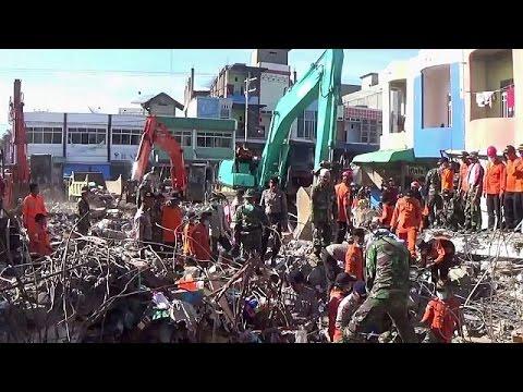 Ινδονησία: Μάχη με τον χρόνο για την ανεύρεση επιζώντων μετά τον φονικό σεισμό