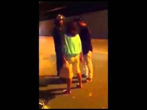 Cặp vợ chồng mắng chửi CSCĐ xối xả, đạp đổ xe vì bị thổi phạt