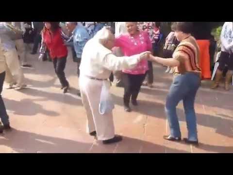 anziano butta le stampelle a terra e balla il rock and roll! che ridere