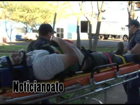 Micro-ônibus bate contra muro dois passageiros ficam feridos